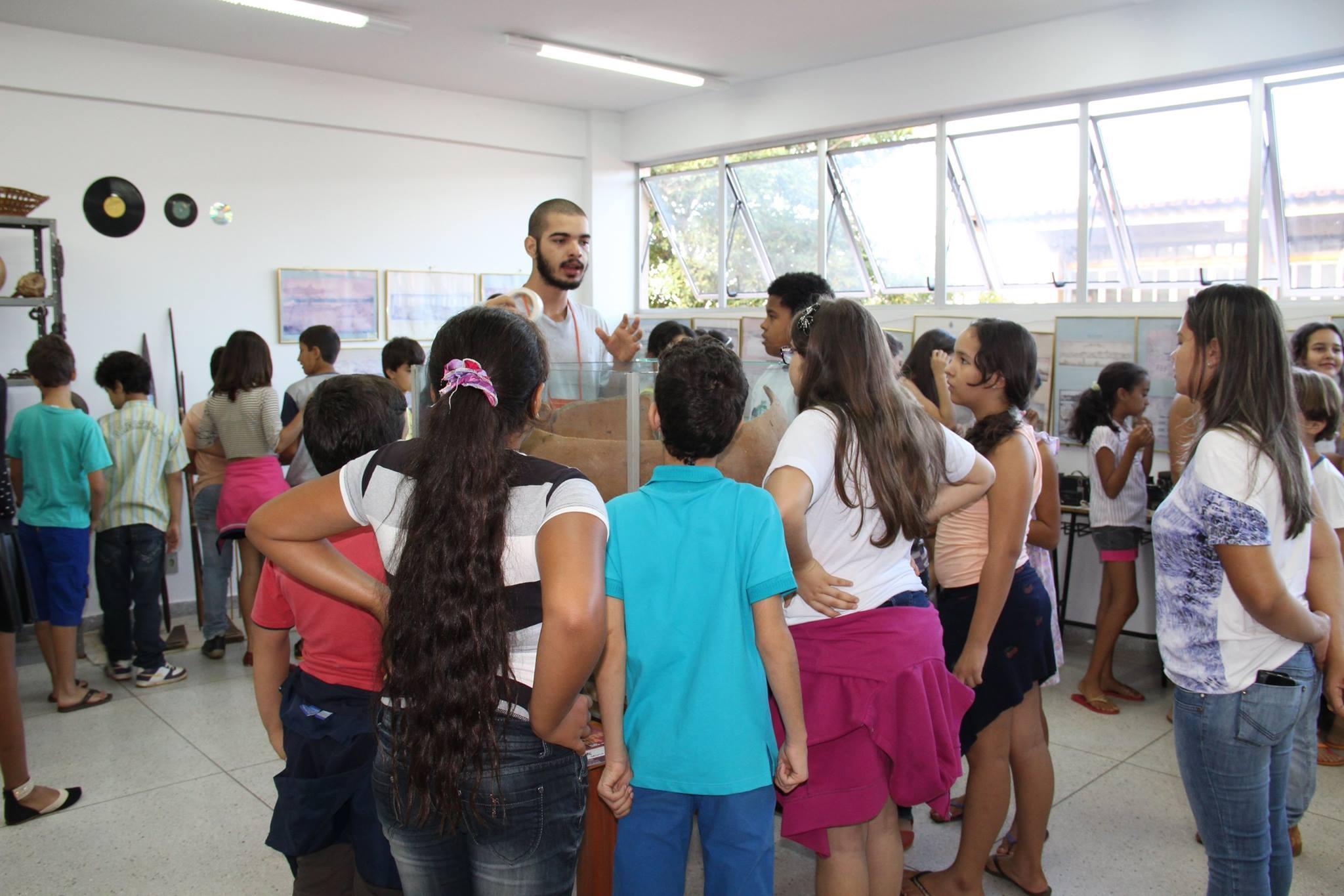 Monitores e crianças visitantes