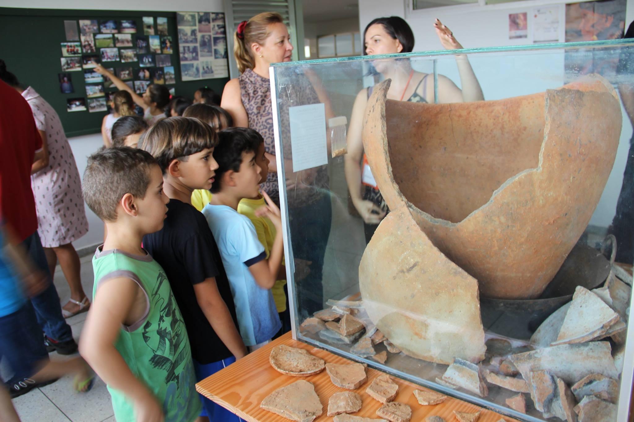 Crianças visitantes - Urna do Museu