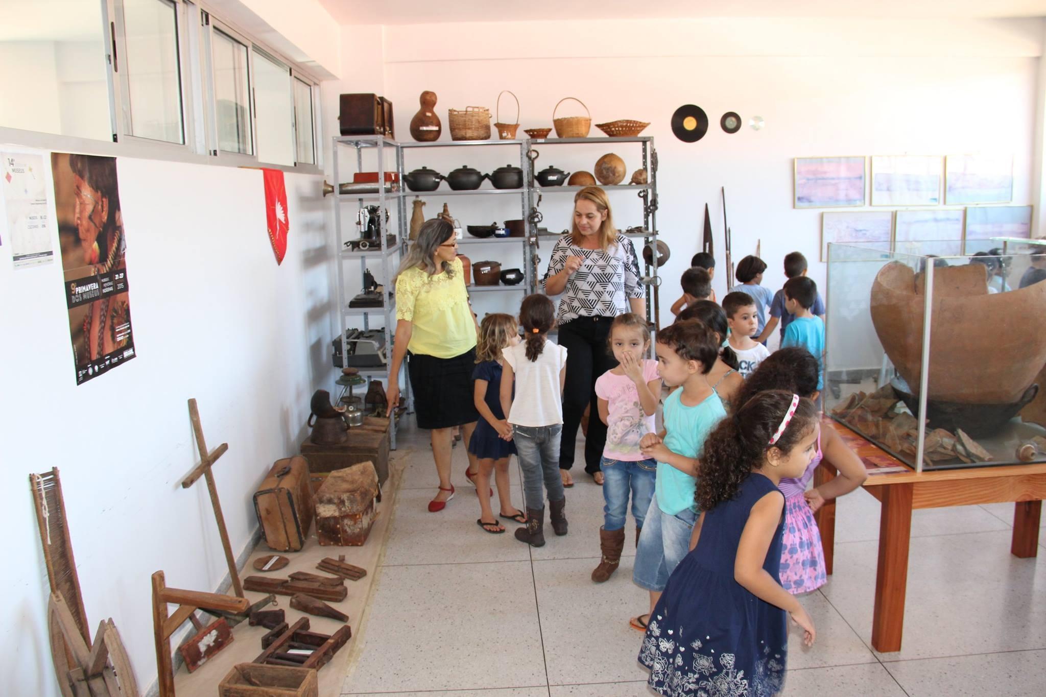 Monitores, professores e crianças visitantes