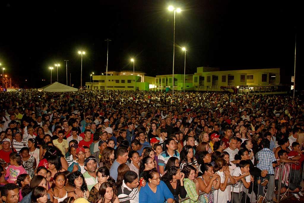 Multid�o no show, com pr�dio da UnU Luciene Garcia de Almeida ao fundo