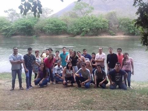 Alunos e professores às margens do Rio Corrente, em Formosa-GO